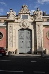 Hôtel du Ministère de la Guerre - English: Entrance portal of the Hôtel de la Guerre located 3 rue de l'Indépendance-Américaine in Versailles, France. This place is a National Heritage Site of France.