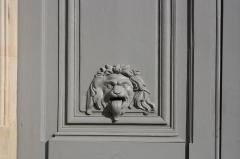 Hôtel du Ministère de la Guerre - English: Detail of the entrance portal of the Hôtel de la Guerre located 3 rue de l'Indépendance-Américaine in Versailles, France. This place is a National Heritage Site of France.
