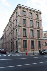 Hôtel du Ministère de la Guerre - English: Hôtel de la Guerre located 3 rue de l'Indépendance-Américaine in Versailles, France. This place is a National Heritage Site of France.