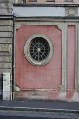 Hôtel du Ministère de la Guerre - English: Window near the entrance portal of the Hôtel de la Guerre located 3 rue de l'Indépendance-Américaine in Versailles, France. This place is a National Heritage Site of France.