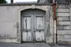 Ancien hôtel de la Surintendance des Bâtiments du Roi, puis ancien petit séminaire, puis Caserne Vauban - English: Side door of the Caserne Vauban located 9 rue de l'Indépendance-Américaine in Versailles, France. This place is a National Heritage Site of France.
