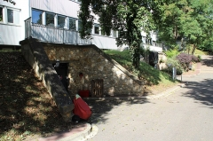 Batterie de Bois d'Arcy - Français:   La batterie de Bois-d\'Arcy est l\'une des batteries militaires construits à la fin du XIXe siècle pour assurer la défense de Paris. Elle est située dans la commune de Bois d\'Arcy, dans le département des Yvelines, en France. C\'est maintenant un centre des archives pour le Centre national du cinéma et de l\'image animée.