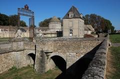 Château du Mesnil-Voisin (également sur communes de Janville-sur-Juine et Lardy) - English: Mesnil-Voisins castel in Bouray-sur-Juine, France.