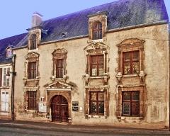 Maison dite de Diane de Poitiers - This building is inscrit au titre des monuments historiques de la France. It is indexed in the base Mérimée, a database of architectural heritage maintained by the French Ministry of Culture,under the reference PA00087900 .