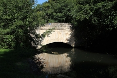 Pont de l'Etre sur la Juine - English: Pont de l'Hêtre (Beech bridge in french) on the river Juine in Lardy, France.