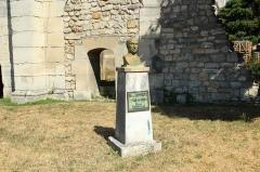 Eglise Sainte-Marie-Madeleine - Statue de Nicolas Appert au pied du Vieux clocher à Massy (Essonne) en France.