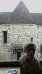 Prison de la Prévôté - Français:   Prison de la Prévôté, vue du premier étage de la maison du patrimoine de Montlhéry sur le fond de cour de la prison. Buste de Paul Fort, poète et dramaturge français de la commune.