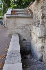 Fontaine du Roi - English: Fontaine du Roi (the King's Fountain) at Ville-d'Avray, department of Hauts-de-Seine in France. The fountain was used to capture a spring for supplying water to the table of the King at Versailles. The building is classified as a historical monument by the French Ministry of Culture