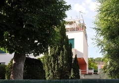 Villa Augier-Prouvost - English: Villa Augier-Prouvost located at Ville-d'Avray in the department of Hauts-de-Seine, France. Built in 1925 by the architect Rob Mallet-Stevens this villa is listed as historical monument by the French Ministry of Culture.