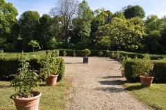 Domaine national de la Malmaison - La petite reconstitution de la roseraie de Joséphine de Beauharnais dans le parc du Château de la Malmaison à Rueil-Malmaison dans les Hauts-de-Seine en France. Les roses plus fragiles ont été cultivées par Joséphine de Beauharnais en pots et placés ensuite dans les serres chaudes.