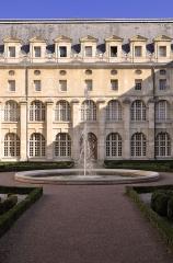 Ancienne abbaye du Val-de-Grâce, puis hôpital militaire - English: Courtyard of the former cloister of Val-de-Grâce in the 5th arrondissement of Paris in France.