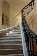 Ancien couvent des Bernardins - Une statue sans tête dans des escaliers au Bernardins.