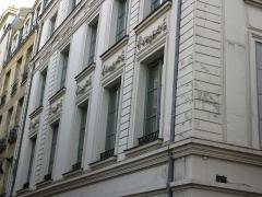 Immeuble - English: Windows of the 7 rue de l'Hôtel-Colbert, Paris