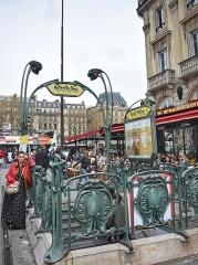 Métropolitain, station Saint-Michel - English: Édicule Guimard entrance to the Saint-Michel Metro Station