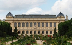 Jardin des Plantes et Museum national d'Histoire naturelle - English: Façade of the grande galerie de l'Évolution (Gallery of Evolution), which is a zoology museum building belonging to the French National Museum of Natural History. The building is located in the Jardin des plantes in Paris.