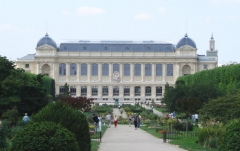 Jardin des Plantes et Museum national d'Histoire naturelle - English: From the place Valhubert, in Paris, a terminating vista of the Jardin des plantes with the grande galerie de l'Évolution ('Gallery of Evolution'), one of the museum buildings within the French National Museum of Natural History.