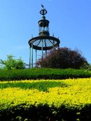 Jardin des Plantes et Museum national d'Histoire naturelle - Jardin des Plantes - Paris V  Gloriette de Buffon, kiosque métallique construit par Verniquet au sommet de la butte du labyrinthe.  Devise:
