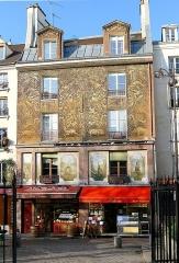 Immeuble - English: 134 rue Mouffetard - immeuble décoré - Paris 5e