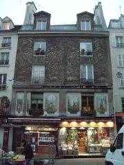 Immeuble - English: Paris 5e - 134 rue Mouffetard - immeuble décoré
