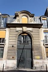 Ancienne abbaye de Penthemont, actuellement ministère des anciens combattants - Travée d'entrée du 104-106 rue de Grenelle, Paris 7e (Abbaye de Penthemont (ancienne), actuellement ministère des anciens combattants).
