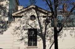 Hôtel de Beaumont (ancien hôtel Masserano) : bâtiments entourant la cour d'entrée et le jardin - English: Hôtel de Beaumont (formely Hôtel de Masseran) located at 11 rue Masseran in the 7th arrondissement of Paris in France. The building is registred as historical monument by the French Ministry of Culture.