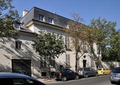 Hôtel de Beaumont (ancien hôtel Masserano) : bâtiments entourant la cour d'entrée et le jardin - Français:   Hôtel de Beaumont (formely Hôtel de Masseran) located at 11 rue Masseran in the 7th arrondissement of Paris in France. The building is registred as historical monument by the French Ministry of Culture.