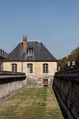 Hôtel des Invalides -  Guérite de l'entrée est précédé du fossé de l'Hôtel des Invalides, Boulevard des Invalides, VIIe arrondissement, Paris, France.