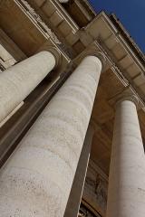 Hôtel des Invalides -  Le dôme des Invalides à Paris. Des colonnes.