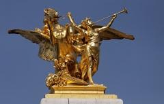 Pont Alexandre III - Français:   Pegase tenu par la Renommée de la Guerre[1] (1900), groupe en fonte de fer doré, pylône aval gauche à l\'entrée du pont Alexandre-III, Paris (7e arrond.) - Sculpteur Léoplod Steiner (1853-1899), signature sur la terrasse (terminé par Eugène Gantzlin).