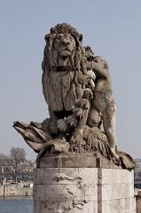 Pont Alexandre III - Français:   Jules Dalou (Français, 1838-1902): Lion et génie, pierre; un des deux groupes installés à l\'extrémité sud (rive gauche) au-dessus des emmarchements amont et aval du Pont Alexandre-III. Celui-ci est placé côté amont (est), Quai d\'Orsay, VIIe arrondissement, Paris, France.