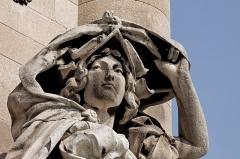Pont Alexandre III - Français:   Jules Coutan (Français, 1848-1939): La France de la Renaissance, détail, statue en pierre, à la base du pilier sud-est du Pont Alexandre-III, VIIe arrondissement, Paris, France.