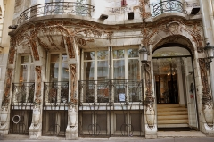 Céramic Hôtel - English: Céramic Hôtel is a building at 34 Wagram avenue in the 8th district of Paris, France. Build in 1904 by architect Jules Lavirotte and decorated by Alexandre Bigot with a ceramic facade in a Art Nouveau style.