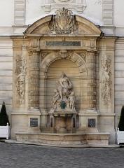 Hôtel Cail - English: Fontaine dans la cour intérieure de l'Hôtel Cail (mairie du 8e arrondissement de Paris), rue de Lisbonne. Architecte et sculpteur, Pierre-Émile Charrier (1865), groupe sculpté Le Génie de la mer.