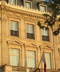 Hôtel Landolfo-Carcano, actuellement ambassade du Qatar - Français:   Hôtel Landolfo-Carcano, aujourd\'hui ambassade du Qatar: façade donnant sur la place de l\'Étoile