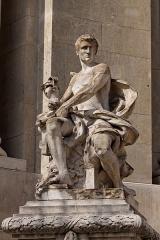 Grand Palais -  Jacques Villeneuve, L\'Art industriel, statue ornant une entrée du Grand Palais à Paris.