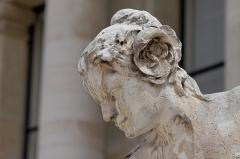 Petit Palais, actuellement musée des Beaux-Arts de la Ville de Paris -  Une des sculptures de la façade du Petit Palais, Paris, France.