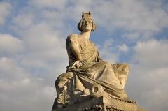 Place de la Concorde - English: Statue of the town of Strasbourg by James Pradier on place de la Concorde in Paris 1st arrondissement, France.