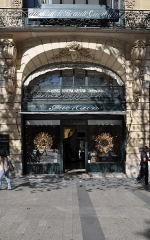 Immeuble - English: Main entrance of the building located at 68 avenue des Champs-Élysées in the 8th arrondissement of Paris in France. Built in 1914 for perfumers Jacques and Pierre Guerlain and registered historical monuments by the French Ministry of Culture.