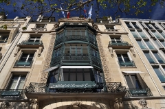 Immeuble - English: Bay windows of the building at 68 avenue des Champs-Élysées in the 8th arrondissement of Paris in France. Built in 1914 for perfumers Jacques and Pierre Guerlain and registered historical monuments by the French Ministry of Culture.