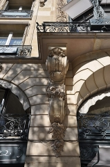 Immeuble - English: Detail of portal of building located at 68 avenue des Champs-Élysées in the 8th arrondissement of Paris in France. Built in 1914 for perfumers Jacques and Pierre Guerlain and registered historical monuments by the French Ministry of Culture.