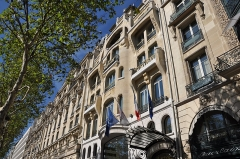 Immeuble - English: Vuitton Building, located at 70 Avenue des Champs-Élysées in the 8th arrondissement of Paris in France. Built in 1914 the building is listed as a historical monument by the French Ministry of Culture.
