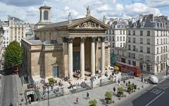 Eglise Notre-Dame-de-Lorette - Français:   Pause déjeuner sur les marches de l\'église Notre-Dame-de-Lorette, Paris 9ème arrondissement, France