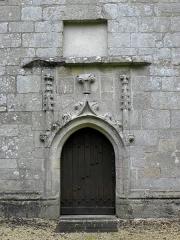 Chapelle Notre-Dame-de-Pitié - Français:   Chapelle Notre-Dame-de-Pitié de Boqueho (22). Porte de la costale méridionale de la nef.