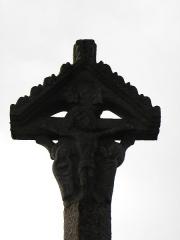 Croix de cimetière - Français:   Croix de cimetière de Bourseul (22). Christ en croix entre la Vierge et Saint-Jean.