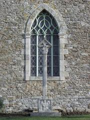 Croix de cimetière - Français:   Croix de cimetière de Bourseul (22). Vierge à l\'Enfant + Saint-Mathieu (tétramorphe).