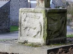 Croix de cimetière - Français:   Croix de cimetière de Bourseul (22). Saint-Luc et saint-Jean (tétramorphe).