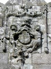 Eglise Notre-Dame de Bulat - Façade sud de l'église Notre-Dame de Bulat-Pestivien (22). Armes ornant le pignon du porche sud.