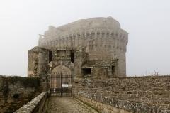 Château de la Reine Anne - English:  Dungeon's gate by a foggy day in Dinan (France)
