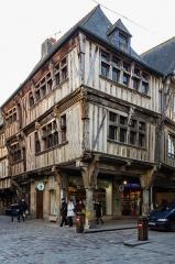 Maison - Français:  Maison à l'angle des rues de l'Horloge (31-33) et de l'Apport (2-4) à Dinan (France)