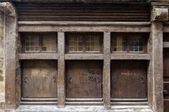 Maison - Français:  Fenêtres et volets de la maison à pans de bois au 8 rue de la Cordonnerie à Dinan (France)